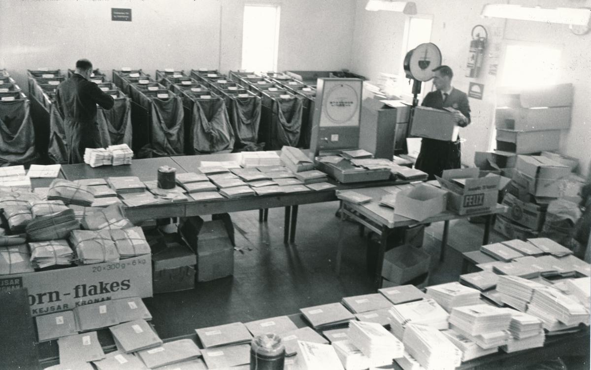 """Interiörsbild av """"Baracken"""" som användes som masspostlokal under 1960-talet samt som brevbäringsexpedition under Postkontorets ombyggnad."""