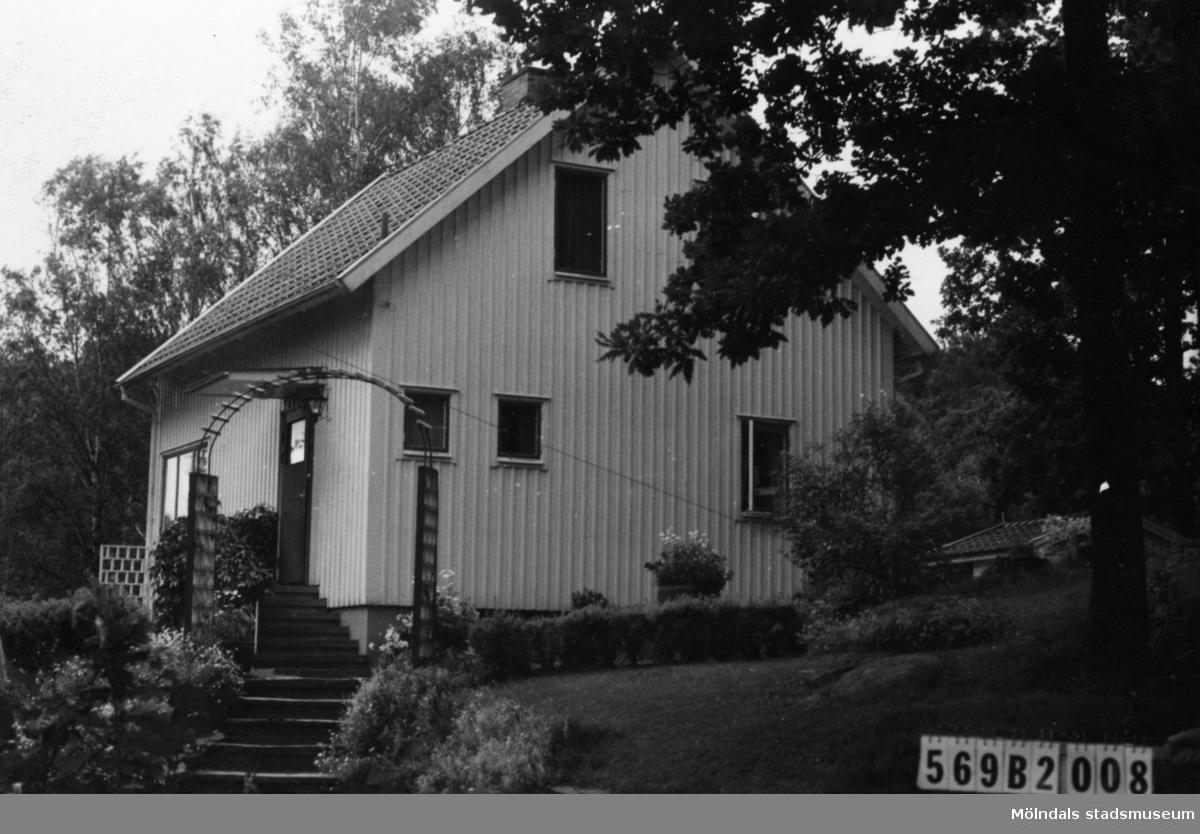 Byggnadsinventering i Lindome 1968. Gastorp 3:49. Hus nr: 569B2008. Benämning: permanent bostad och redskapsbod. Kvalitet: god. Material: trä. Tillfartsväg: framkomlig. Renhållning: soptömning.
