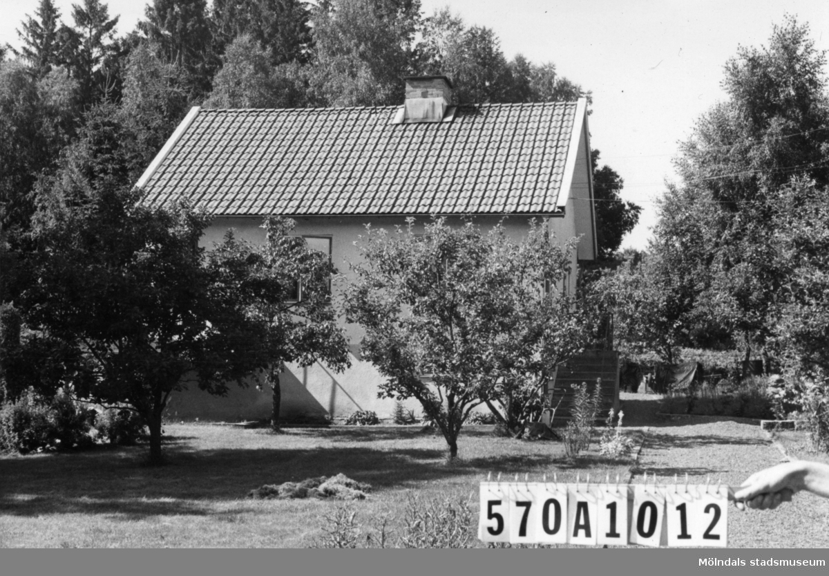Byggnadsinventering i Lindome 1968. Annestorp 6:37. Hus nr: 570A1012. Benämning: permanent bostad och redskapsbod. Kvalitet, bostadshus: god. Kvalitet, redskapsbod: mindre god. Material, bostadshus: sten, puts. Material, redskapsbod: trä. Tillfartsväg: framkomlig. Renhållning: soptömning.