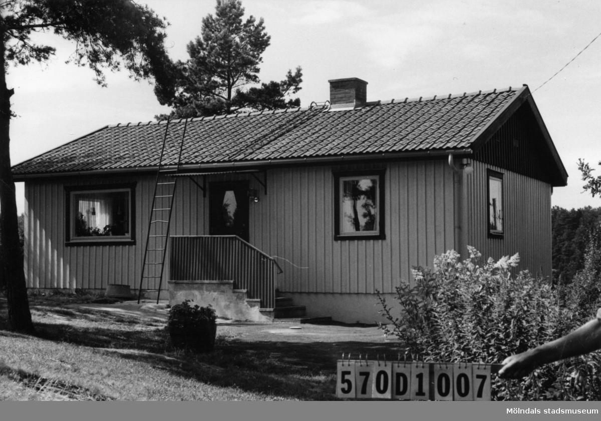Byggnadsinventering i Lindome 1968. Annestorp 2:164. Hus nr: 570D1007. Benämning: permanent bostad och två redskapsbodar. Kvalitet, bostadshus: mycket god. Kvalitet, redskapsbodar: mindre god. Material: trä. Tillfartsväg: framkomlig. Renhållning: soptömning.