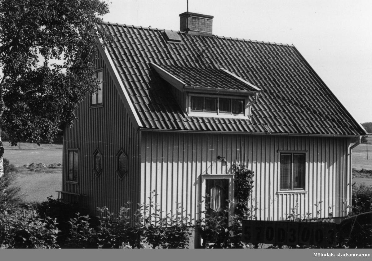 Byggnadsinventering i Lindome 1968. Annestorp 5:34. Hus nr: 570D3003. Benämning: permanent bostad och garage. Kvalitet, bostadshus: mycket god. Kvalitet, garage: god. Material: trä. Tillfartsväg: framkomlig. Renhållning: soptömning.