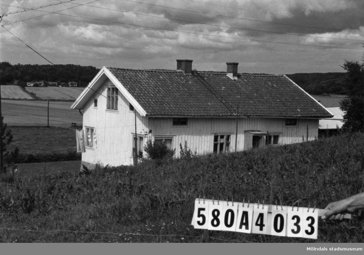 Byggnadsinventering i Lindome 1968. Hassungared 5:1. Hus nr: 580A4033. Benämning: permanent bostad, två ladugårdar och redskapsbod. Kvalitet, bostadshus och ladugårdar: god. Kvalitet, redskapsbod: mindre god. Material: trä. Byggnadslov: inga byggnadslovshandlingar finnes. Anmärkning: nyttjas idag som helårsbostad. Fastighet: 327941 kvm. Tillfartsväg: framkomlig.