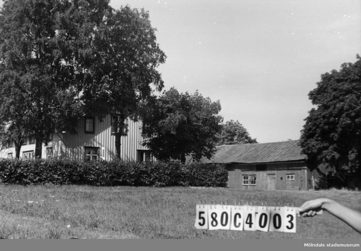 Byggnadsinventering i Lindome 1968. Kättered 1:5. Hus nr: 580C4003. Benämning: permanent bostad, ladugård och redskapsbod. Kvalitet, bostadshus: god. Kvalitet, övriga: mindre god. Material: trä. Tillfartsväg: framkomlig.