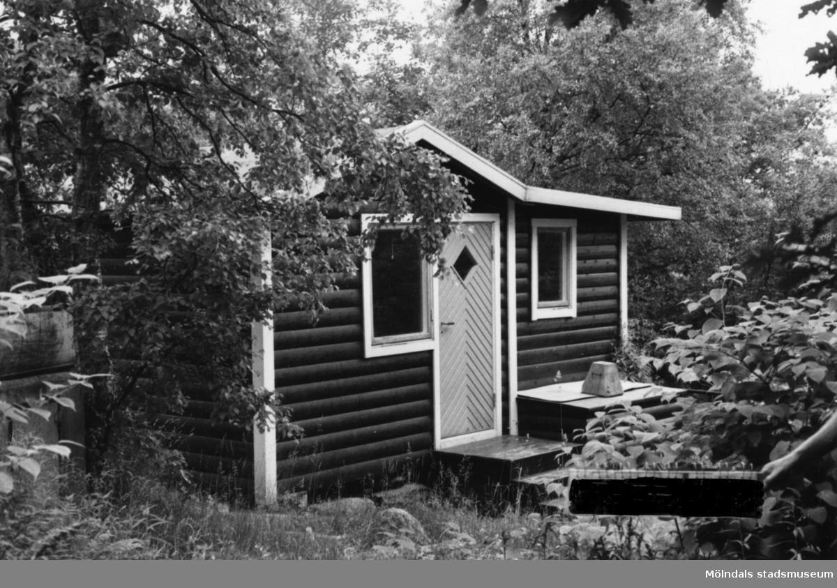Byggnadsinventering i Lindome 1968. Kimmersbo 1:35. Hus nr: 558B2016. Benämning: fritidshus och två redskapsbodar. Kvalitet, bostadshus: god. Kvalitet, redskapsbodar: mindre god, dålig. Material: trä. Övrigt: används ej vad det verkar. Tillfartsväg: framkomlig. Renhållning: ej soptömning.