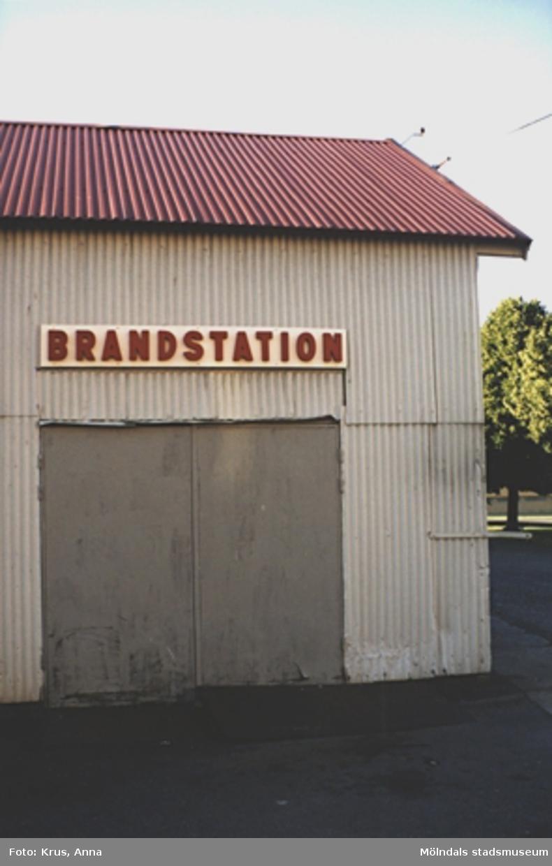 Kängurun 18. Krokslätts fabriker. Skylt på södra fasaden av gamla brandstationen.