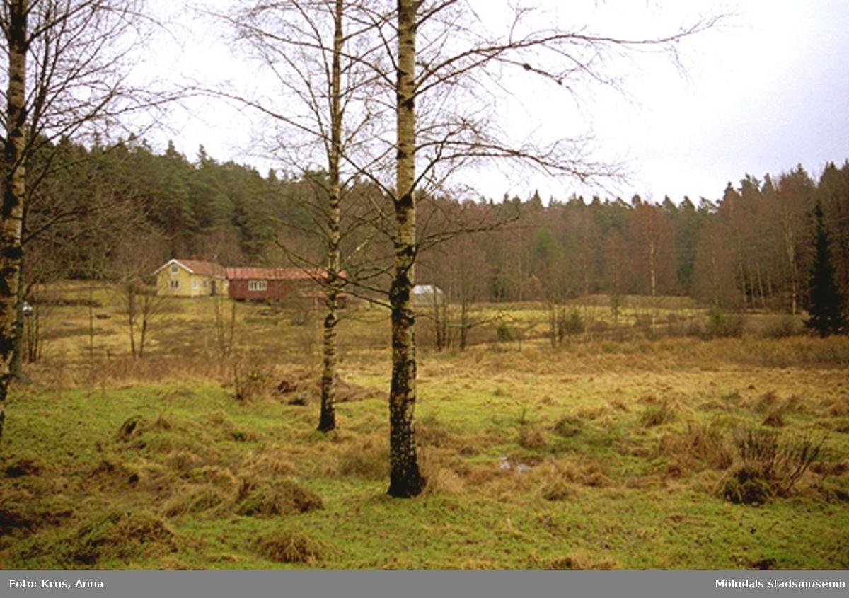"""Hägnaderna/Östra Hägna - gårdsbebyggelse vid """"Höjden"""" med omgivande kulturlandskap."""