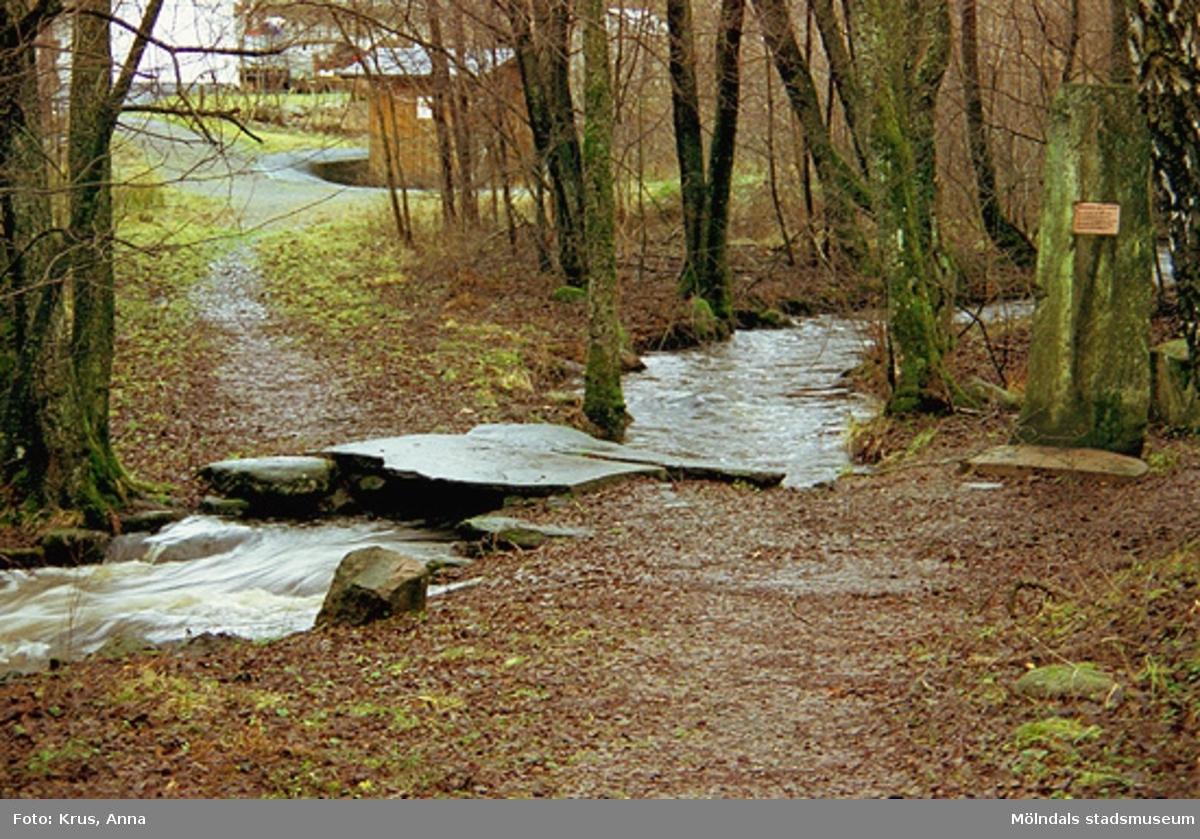 Flabäcken - en bäck som ligger i Flabäck. Gränsen mellan Kållered och Lindome går i bäcken. Här hölls fredsförhandlingar på 1500 - 1600-talen.  Gränsstenen är rest av Kållereds Hembygdsgille. Den resta stenen låg längre upp i bäcken. En av brostenarna kommer från Heljered.