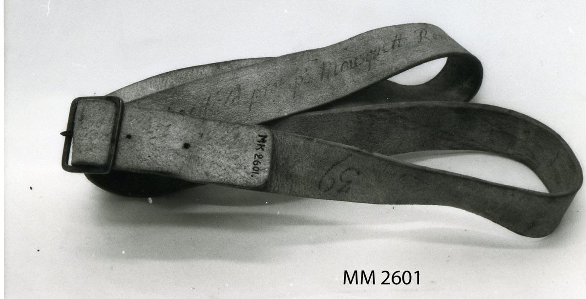 Livgehäng av gult läder med mässingssölja för volontärregementet, år 1796.