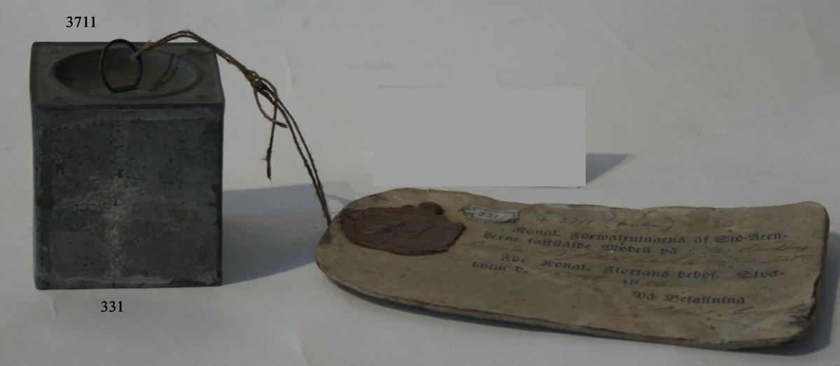 Bläckhornskork. Modell av trä, beslagen med förtent bleck. Tillhör bläckhorn K 331.
