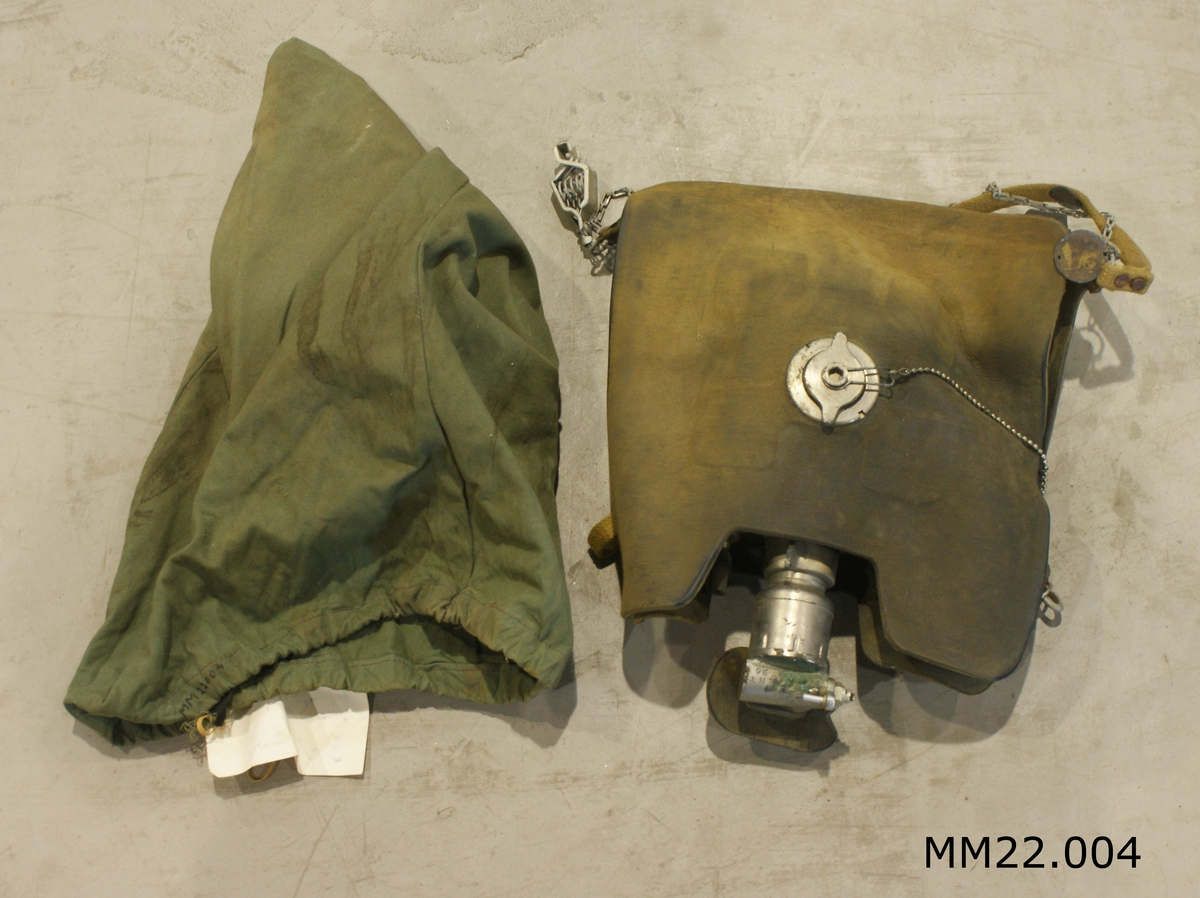 Andningsapparat M/40 Momsen. Består av andningssäck, syrepåfyllningsventil, övertrycksventil, näsklämma samt förvaringspåse.
