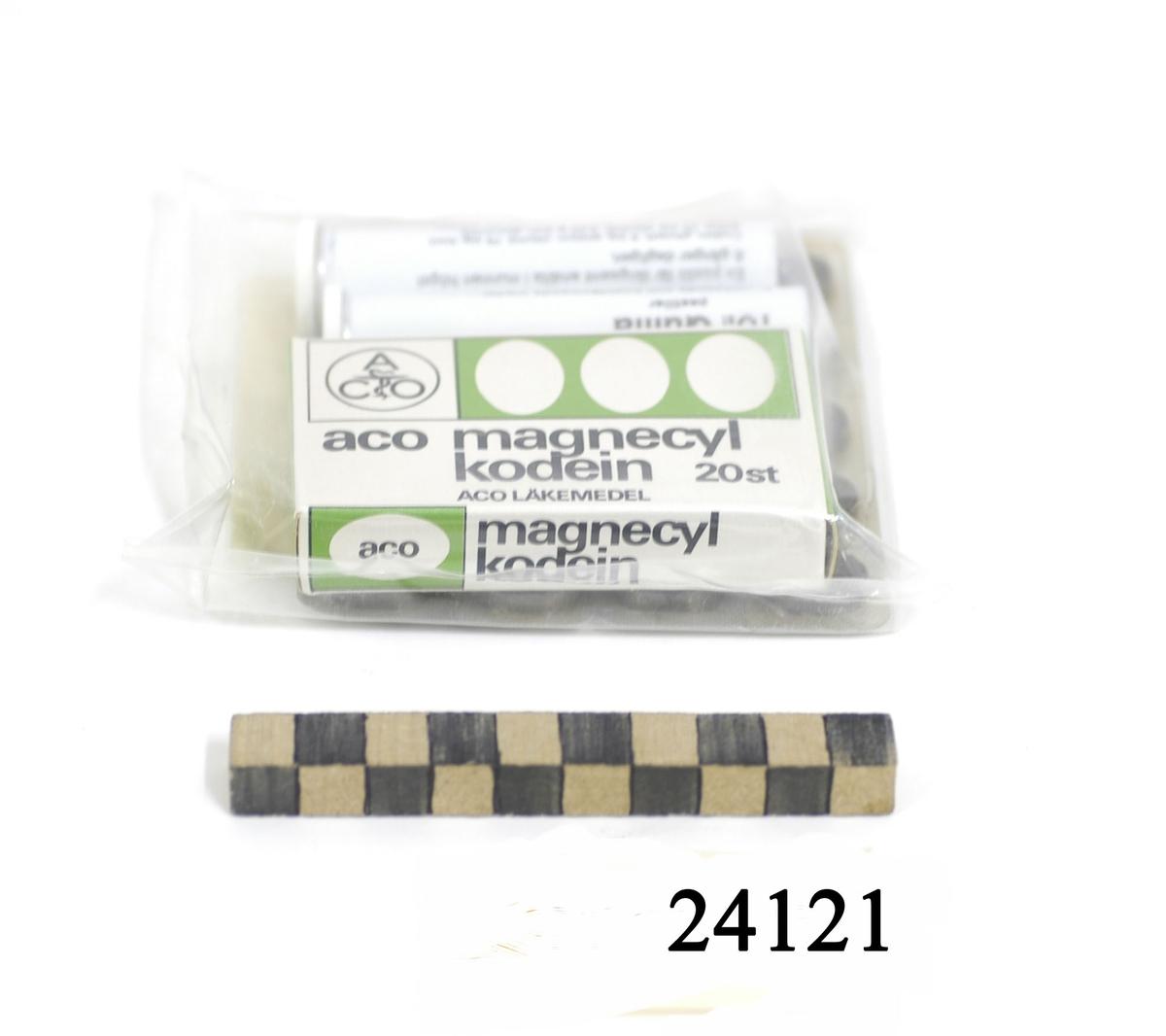 Kvadratisk, tillsluten plastförpackning innehållande, en förpackning a 20 st Magnecyl-kodein (febernedsättande och smärtstillande medel). Två förpackningar a 10 st Quilla pastiller (slemlösande och hoststillande). Två förpackningar a 10 st  Sedisonal NAPA tabletter (rogivande och smärtstillande medel). På förpackningens baksida på klistrad vit etikett med innehållsföteckning och bruksanvisning. Samt indragningsdatum: 1979-11