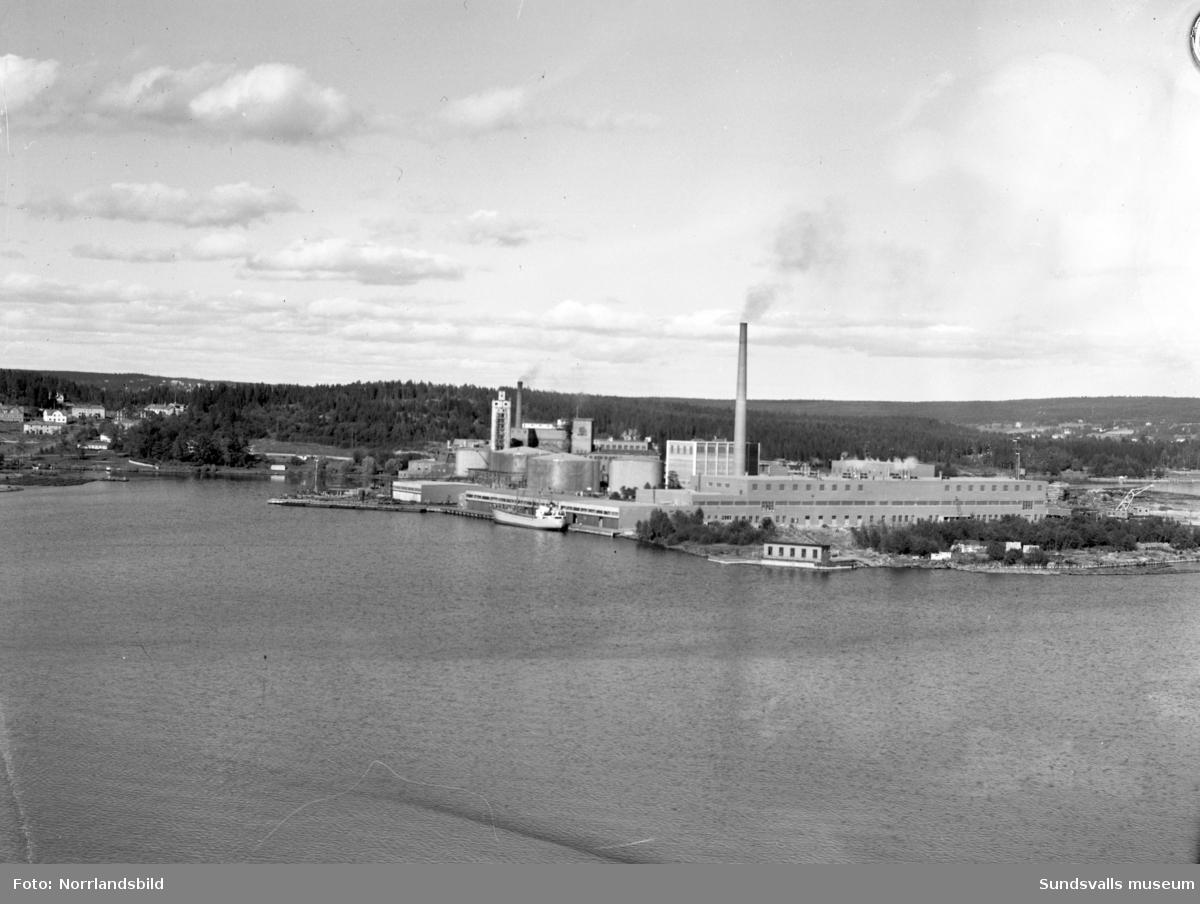 Flygfoton över Ortvikens sulfitfabrik och pappersbruk.
