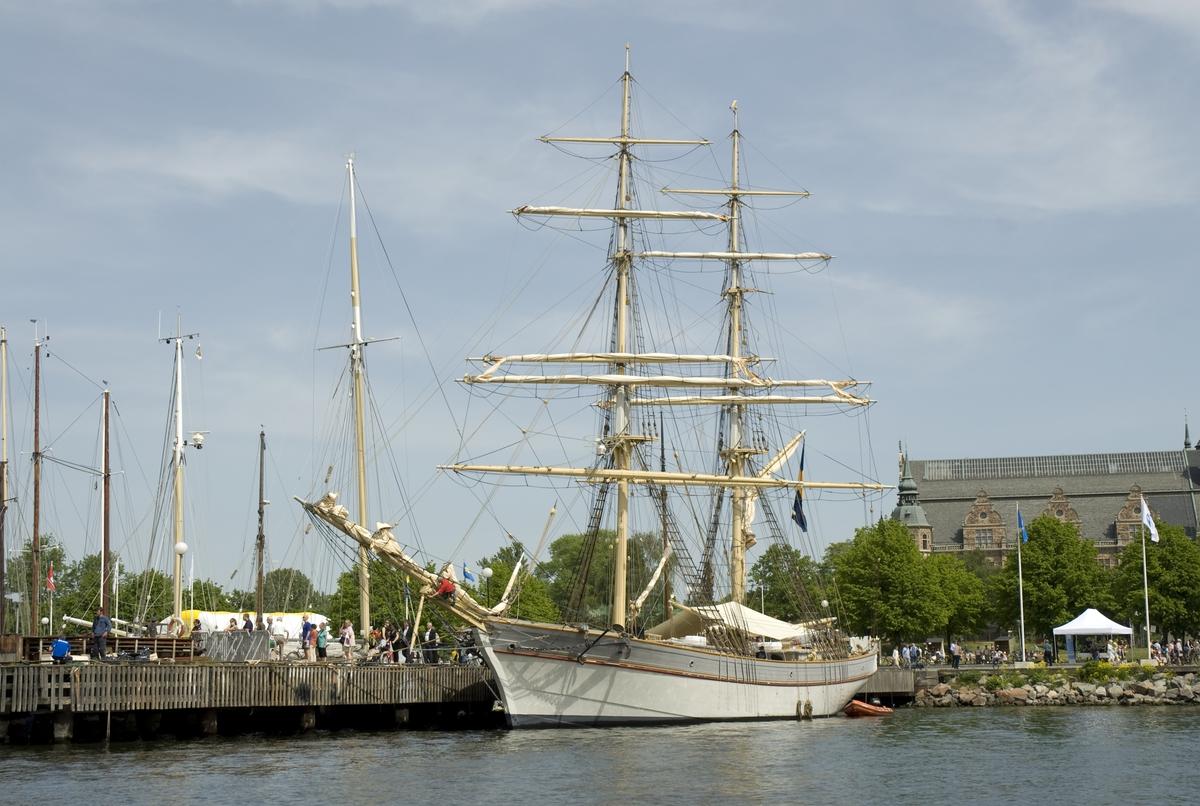 Tre seklers Flaggskepp, maj 2008. Ostindiefararen GÖTHEBORG och Briggen TRE KRONOR vid Galärvarvet.