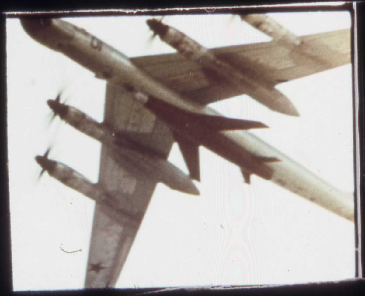 Russisk fly av typen Bear B med nr. 01. Under flyet sees en rakett med vinger som kalles Kangaroo.