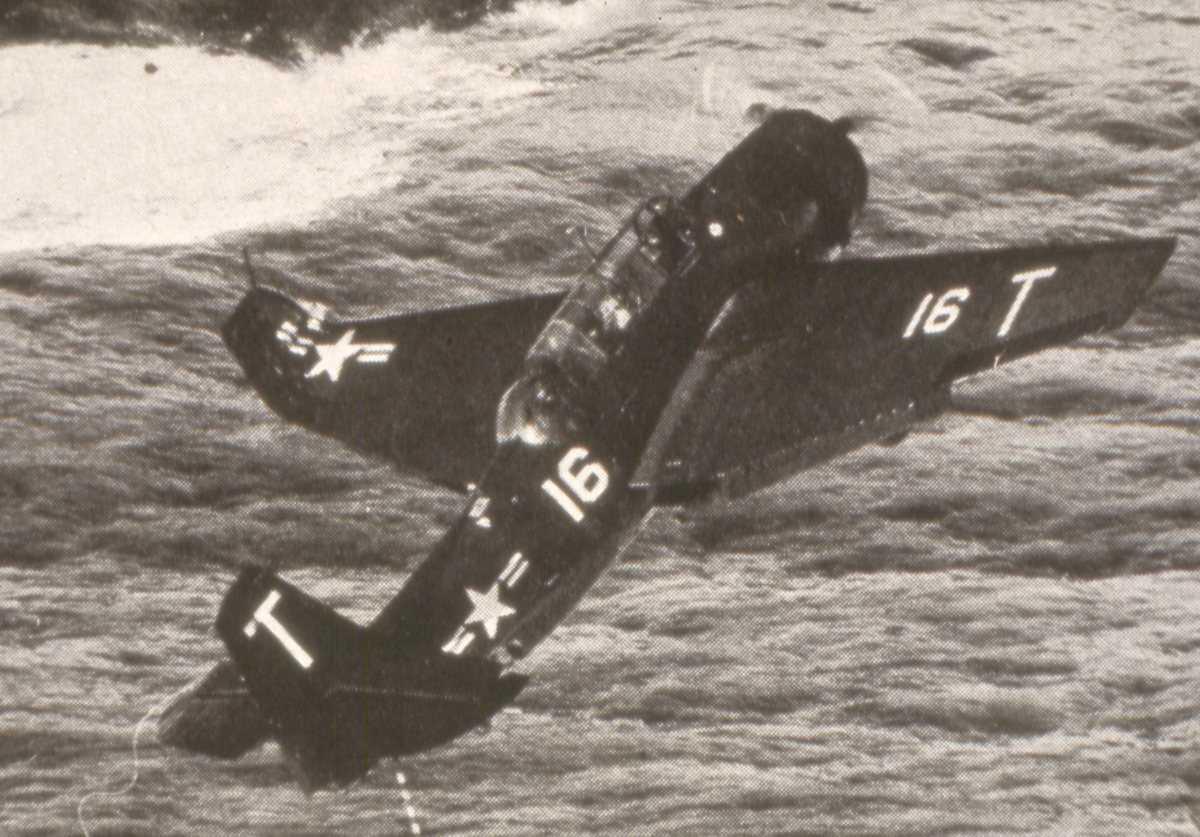 Amerikansk fly av TBF Avenger typen med nr. 16.