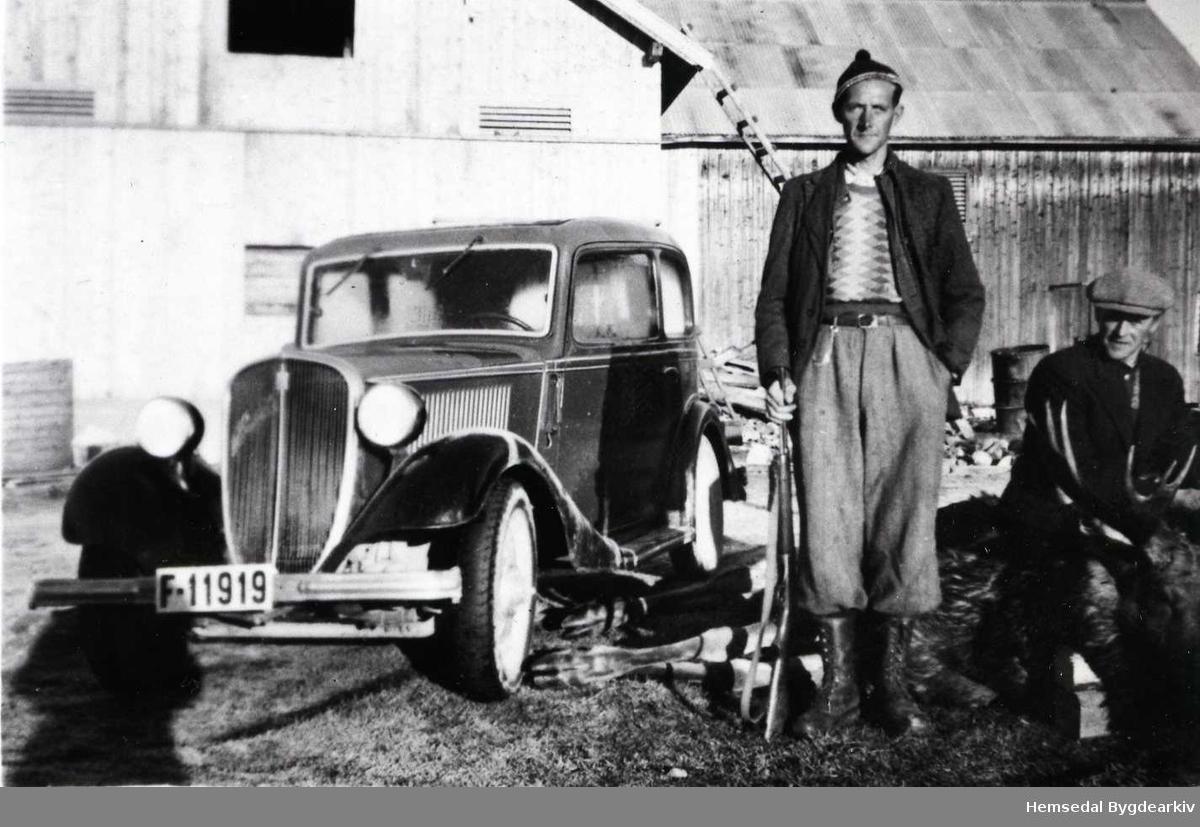 Elgjakt på Hjelmen i Hemsedal i 1946 Frå venstre: Erik Rolid og Sander Kinneberg