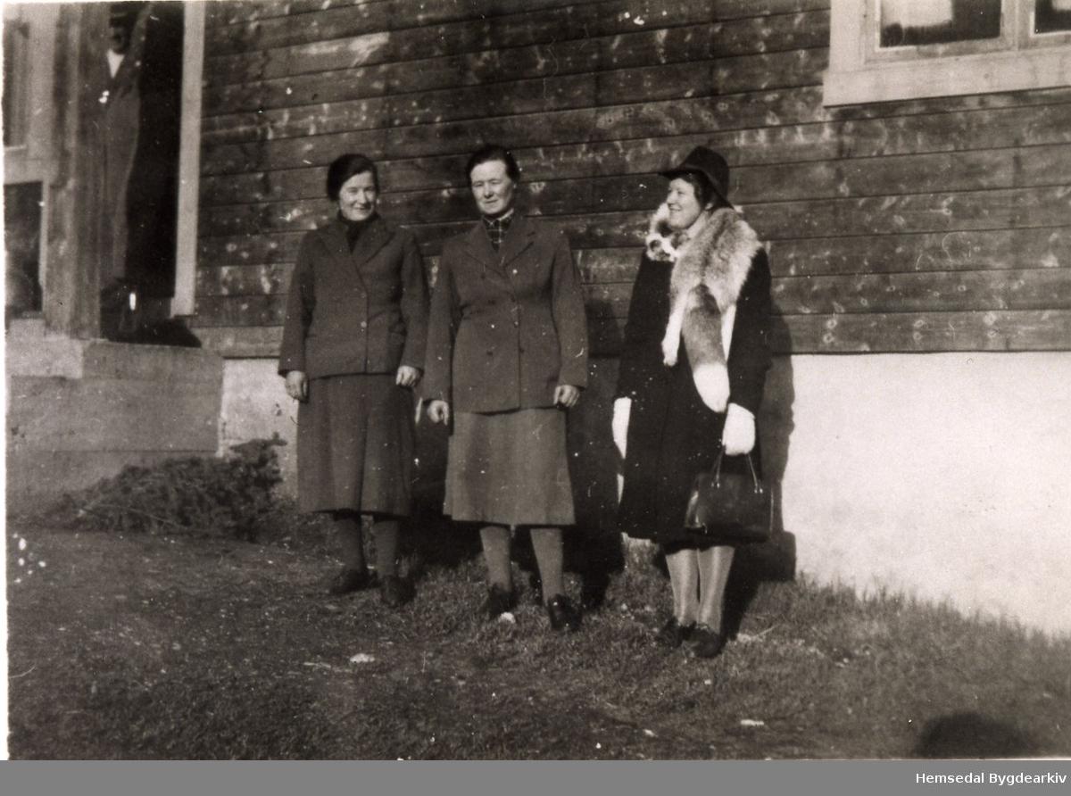 Frå venstre: Ingebjørg S. Engene, Margit S. Kirkebøen, Birgit Bakke. Fotograferte på Kyrkjebøen i Hemsedal i 1946.