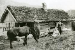 Stølsbua til Nordre Viljugrein. Frå venstre: Anders Viljugr