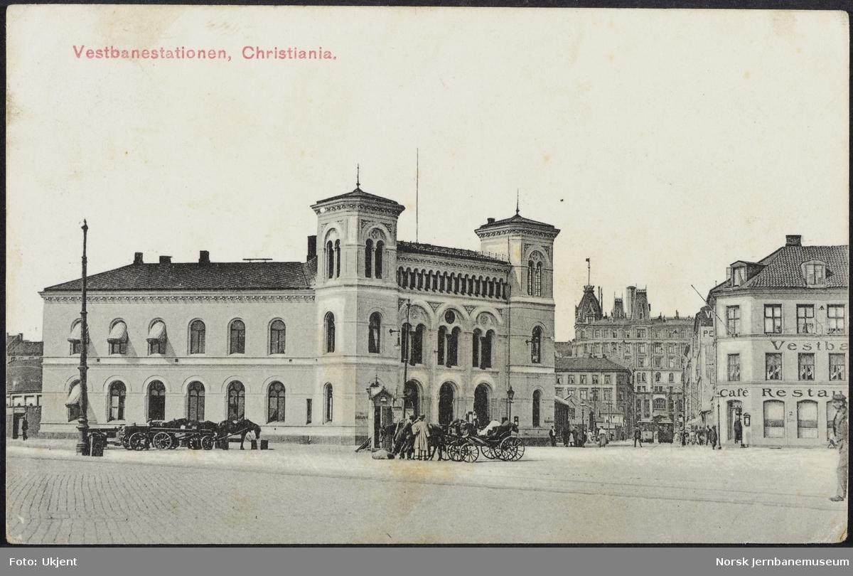 Vestbanestasjonen, bysiden