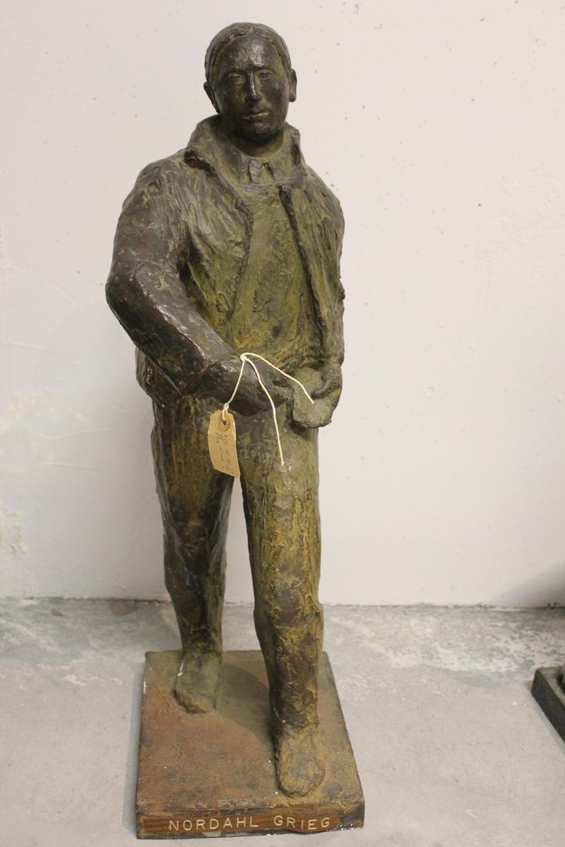 """Skulptur i bronse av en mann. Tittel: """"Såmann"""" - Nordal Grieg, konkurranseutkast fra 1953. Se også nr.186."""