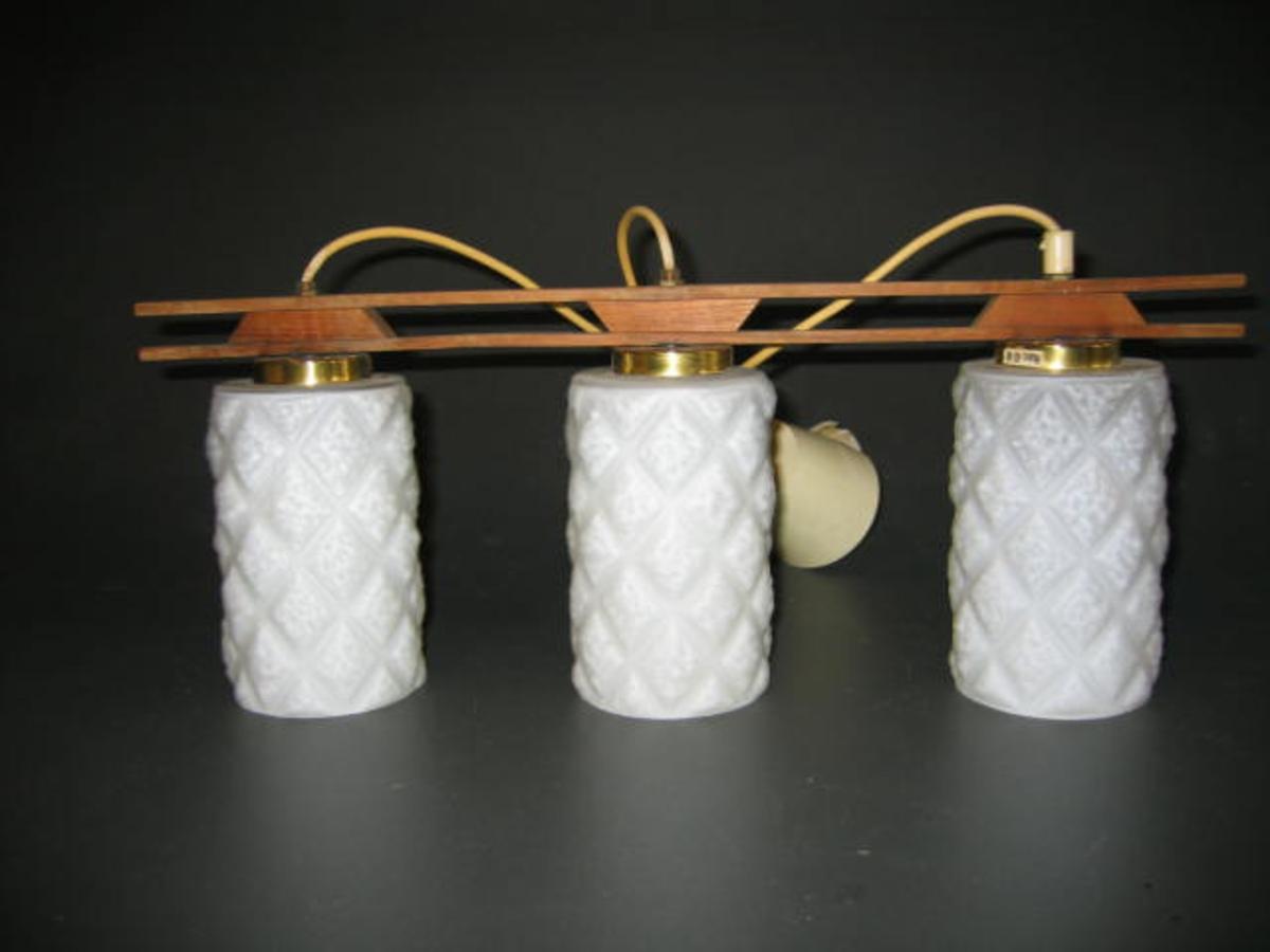 Form: Rektangulert lampefeste med 3 kuplar