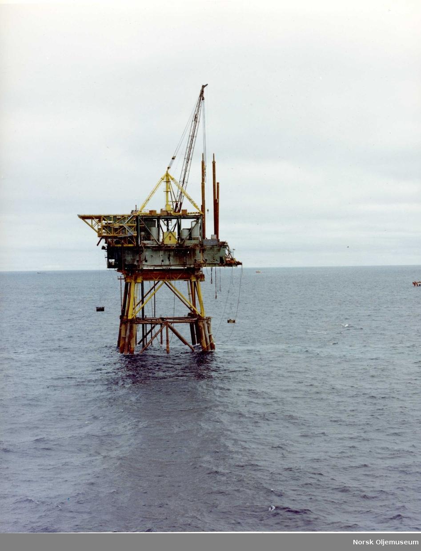 QP-plattformen i ferd med å bygges.  Pelene på dekk skal drives ned i havbunnen som fester.
