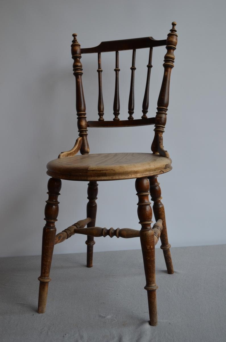 Pinnestol med rundt sete. Dreide ryggpinner.