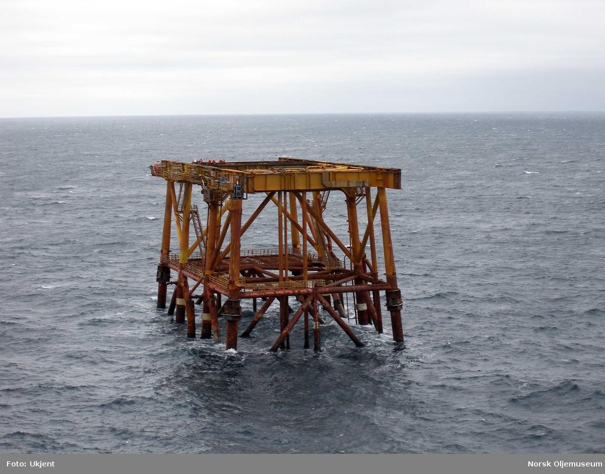 Samtlige moduler er nå fjernet fra DP 2 på Friggfeltet.  Kranlekteren Saipem 7000 har løftet bort den siste modul, og bare understellet står igjen på havbunnen.  Forberedelsene til fjerning også av dette er godt i gang.