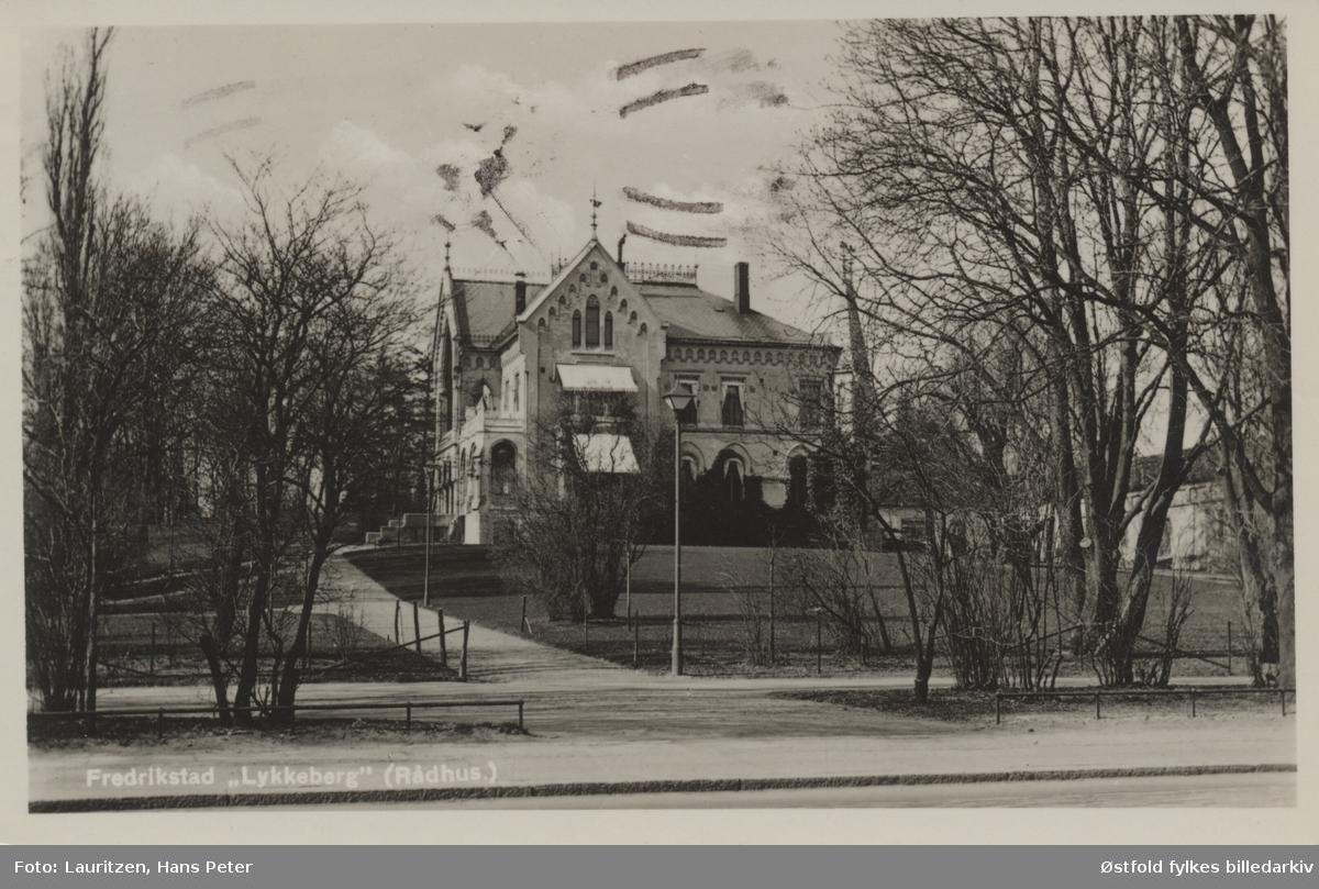 Lykkeberg, administrasjonsbygning for Fredrikstad kommune, tatt fra parken. Lykkeberg ble bygget i 1875 for trelasthandler Julius Jacobsen, grunnflate på 460 m2, og 10 mål stor hage. Postkort.