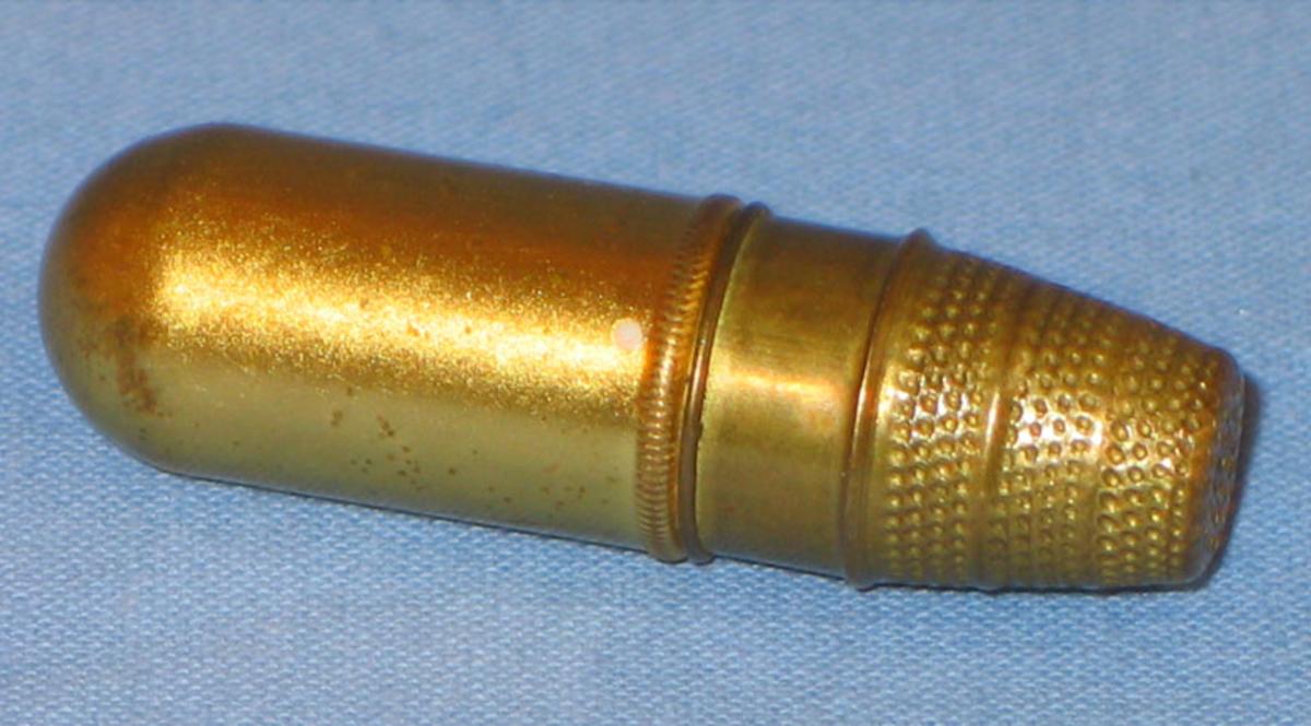 Hylse med tråsnelle av tre inni, eit finggerbøl fungerer som lôk på hylsa.