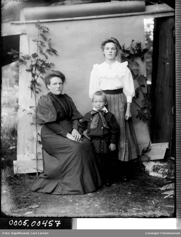 Gruppebilde av to kvinner og en gutt.