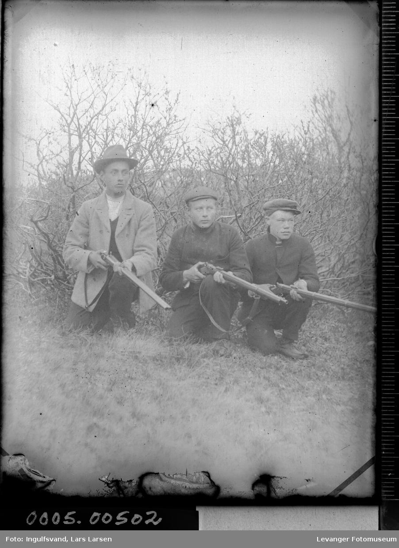 Gruppebilde av tre menn med geværer.