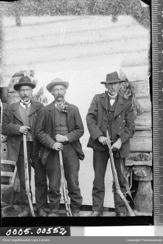 Gruppebilde av tre menn med gevær.