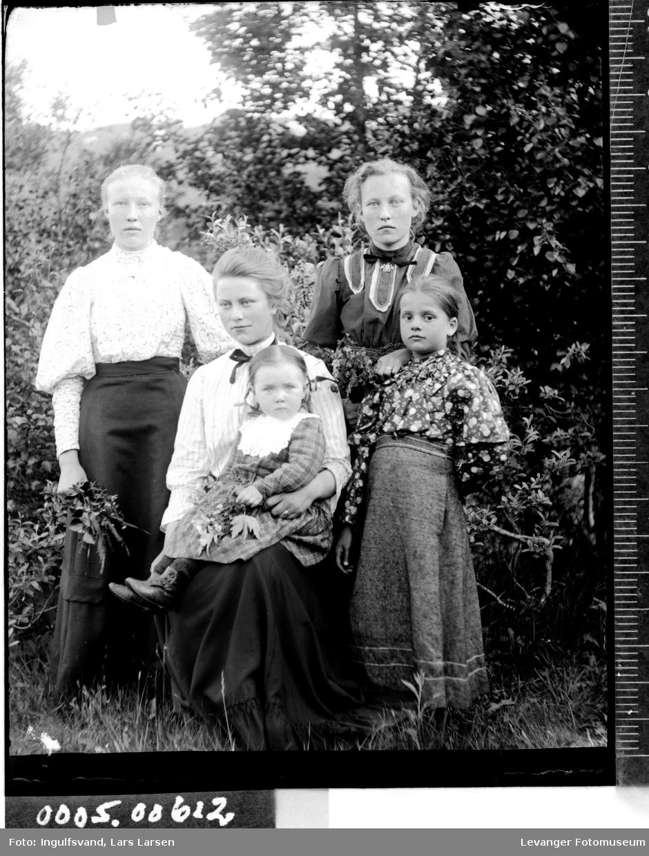 Gruppebilde av tre kvinner og to jenter.