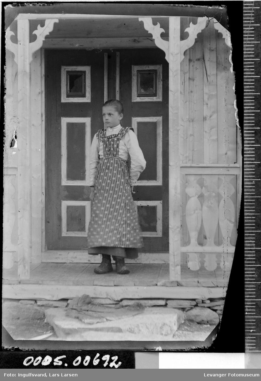 Portrett av jente foran et inngangsparti.