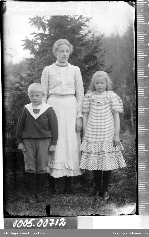 Portrett av en kvinne og to barn.