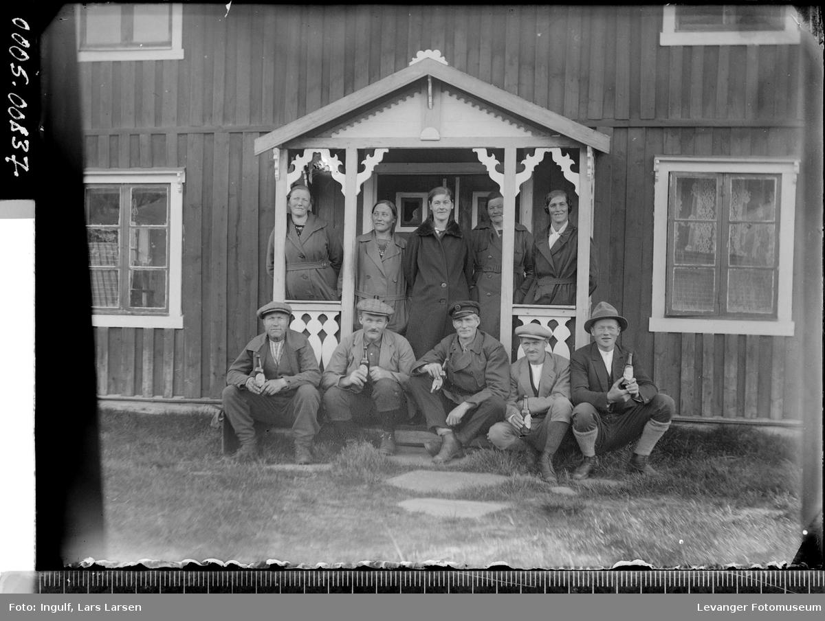Gruppebilde av fem kvinner og fem menn ved et inngangsparti.
