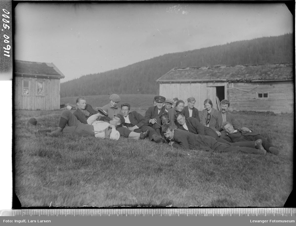 En gruppe kvinner og menn med arbeidspause.