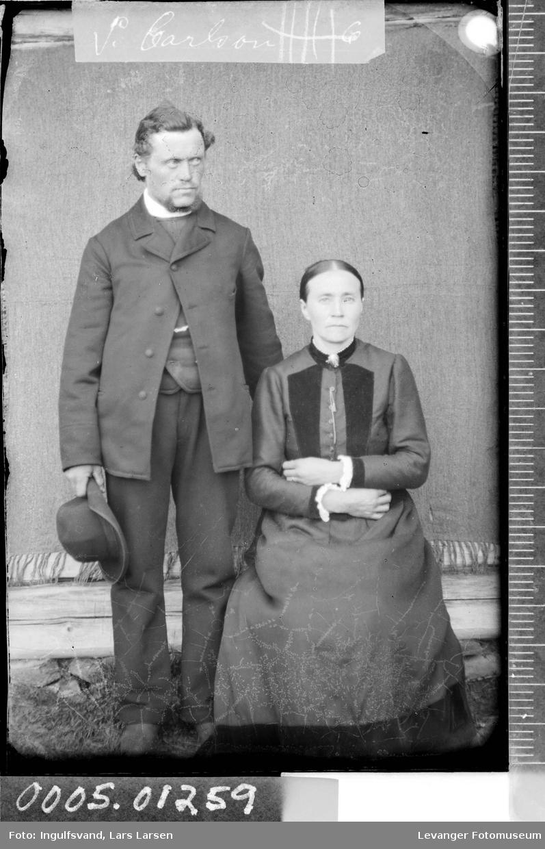 Portrett av kvinne og mann i helfigur.