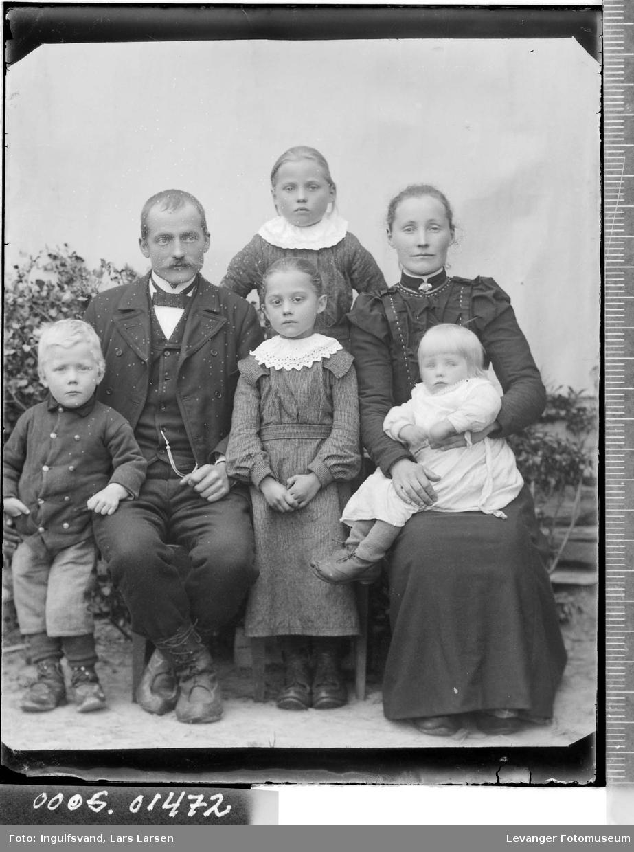 Gruppebilde av en mann, en kvinne og fire barn.