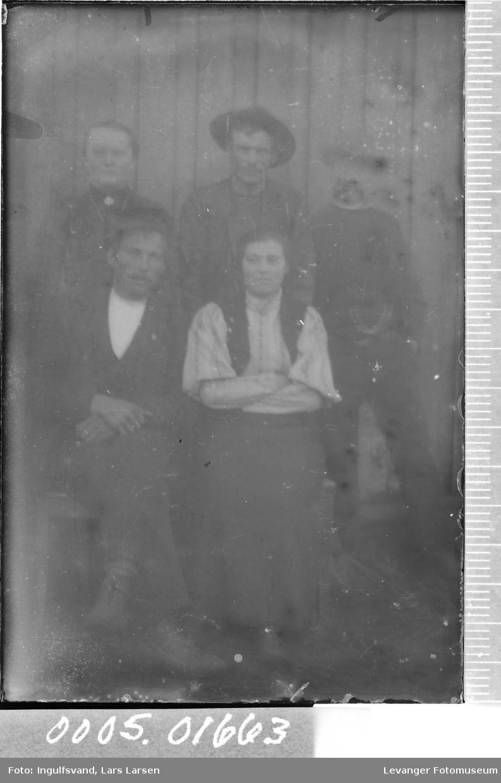 Gruppebilde av tre menn og to kvinner.