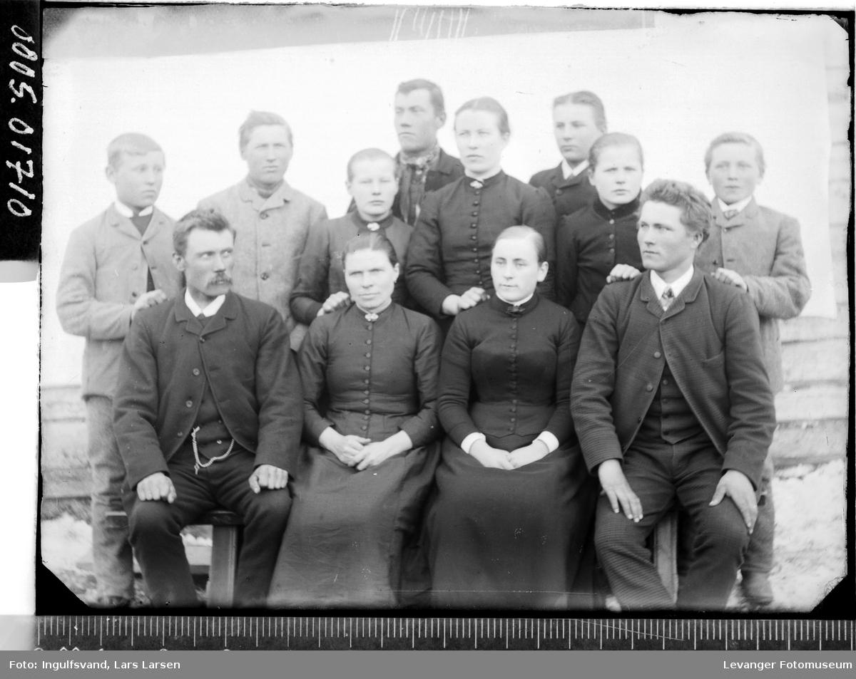 Gruppebilde av seks menn og seks kvinner.