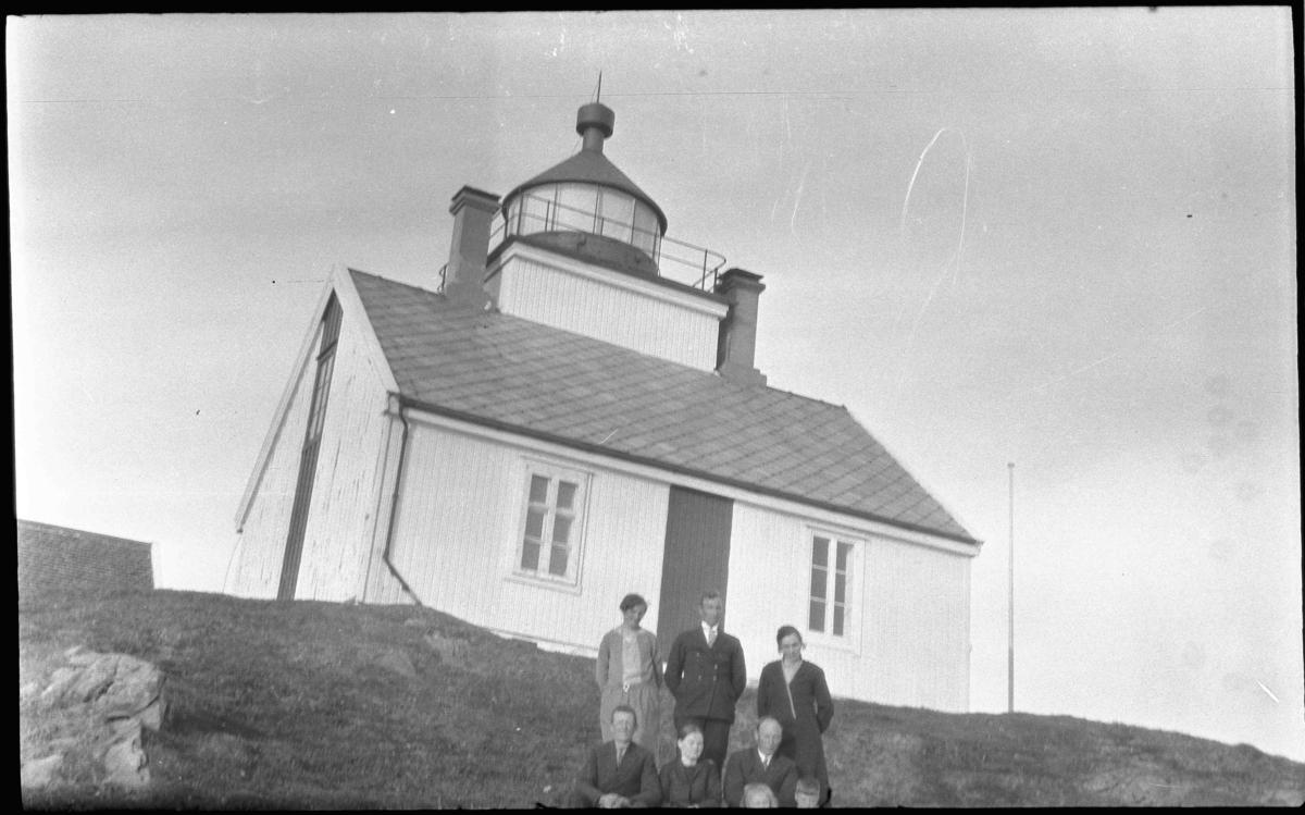 Gruppebilde foran Grytøy fyrstasjon, Helligvær i Nordland