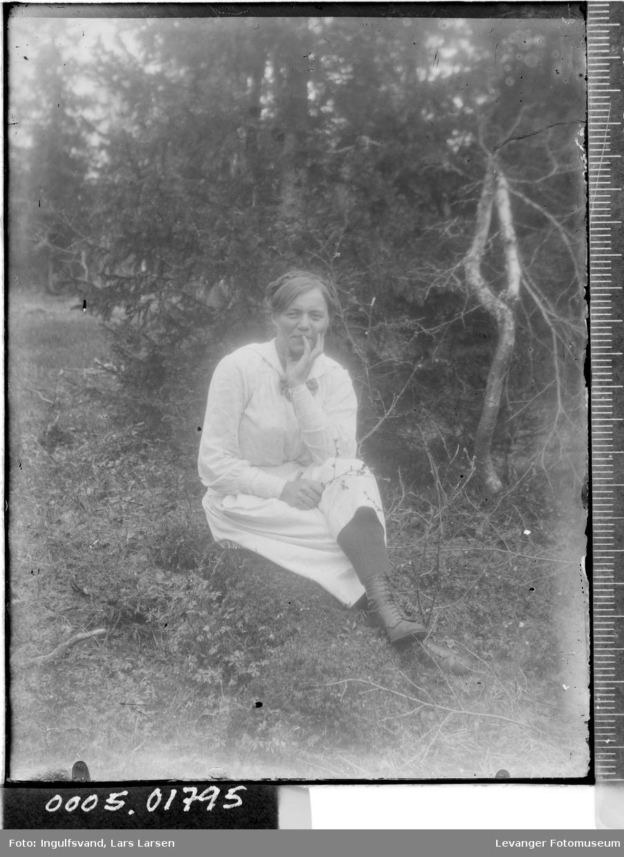 Portrett av en sittende kvinne.