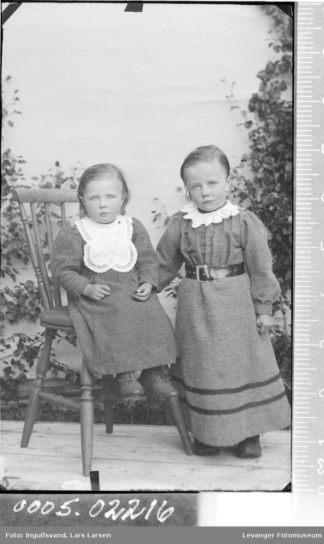 Portrett av to små jenter.
