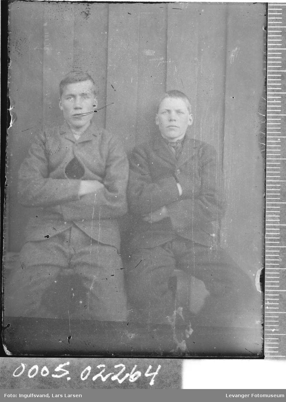 Portrett av to ungdommer.