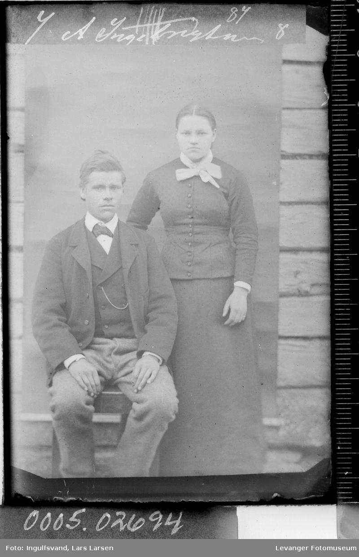 Portrett av en sittende mann og en kvinne.