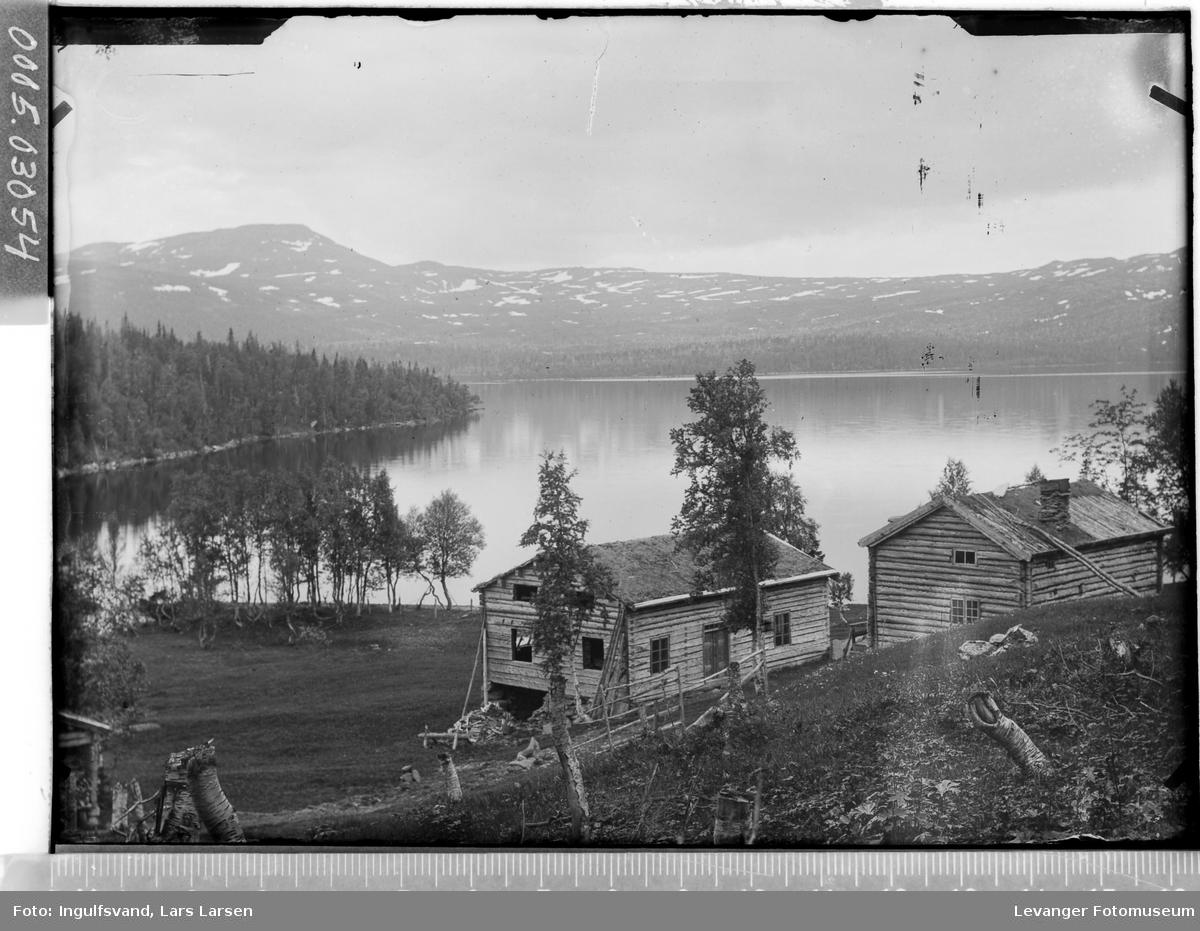 Bygninger ved en innsjø.