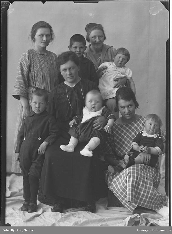 Tre mødre med barn en av dem Heter Larsen fornavn ukjent en annen heter Schjerve fornavn ukjent