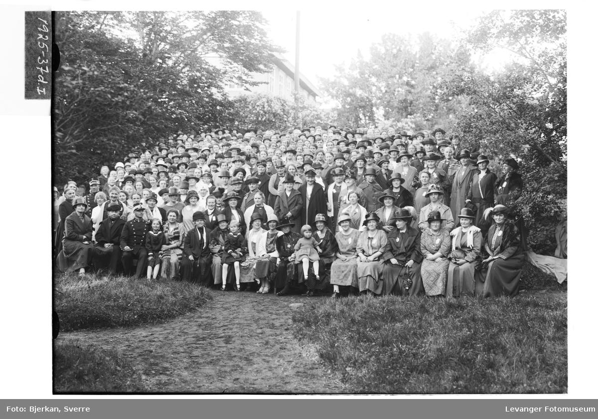 Sanitetsforeningen samlet i hagen på Leira III